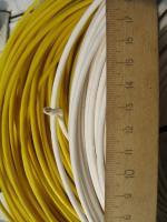 Фотография бухты силового гибкого одножильного медного провода ПВ3 2.5 с ПВХ изоляцией жёлтого и белого цвета